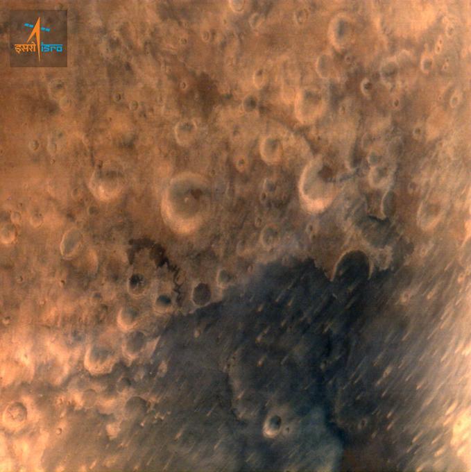 A primeira imagem obtida pela missão MOM mostra a superfície de Marte a 7.300 km de distância. Crédito: ISRO