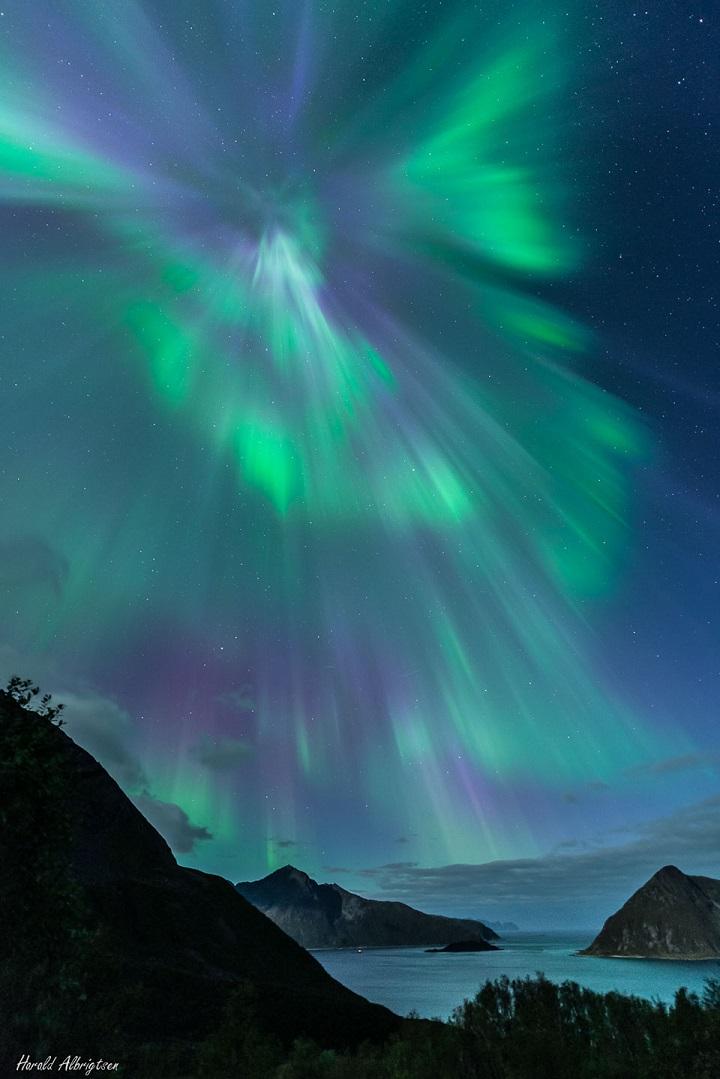 http://apod.nasa.gov/apod/image/1410/aurora02_albrigtsen_1001.jpg