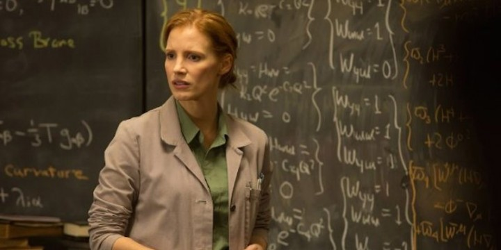 Interestelar: cena com Murphy (Jessica Chastain) estudando as equações do Dr. Brand.