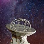 Estrelas em chuva sobre o complexo ALMA no planalto de Chajnantor
