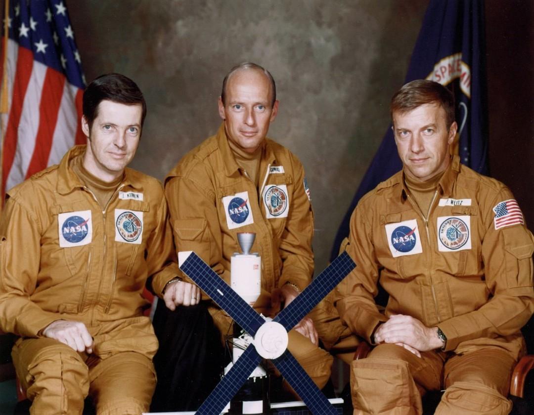 http://upload.wikimedia.org/wikipedia/commons/thumb/1/11/Skylab_2_crew.jpg/1280px-Skylab_2_crew.jpg