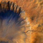 HiRISE registra detalhes de cratera recém formada em Sirenum Fossae – Marte