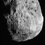 Cassini dá novo rasante em Hyperion e revela detalhes da esponjosa lua de Saturno