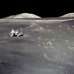 Harrison Schmitt e o jipe lunar da missão Apollo 17 na borda da Cratera Shorty
