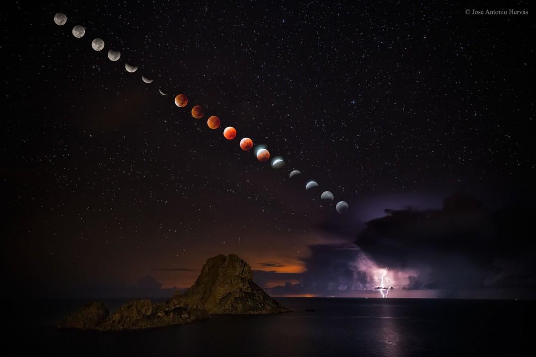 http://apod.nasa.gov/apod/image/1509/LightningEclipse_Hervas_1900.jpg