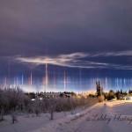 Pilares de Luz sobre o Alasca por Allisha Libby