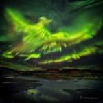 Uma Aurora lembra uma Fênix voando sobre a Islândia por Hallgrimur P. Helgason