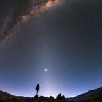 Três Faixas Luminosas: Luz Zodiacal, Luminescência Atmosférica e a Via Láctea, por Babak Tafreshi e Yuri Belestsky do ESO