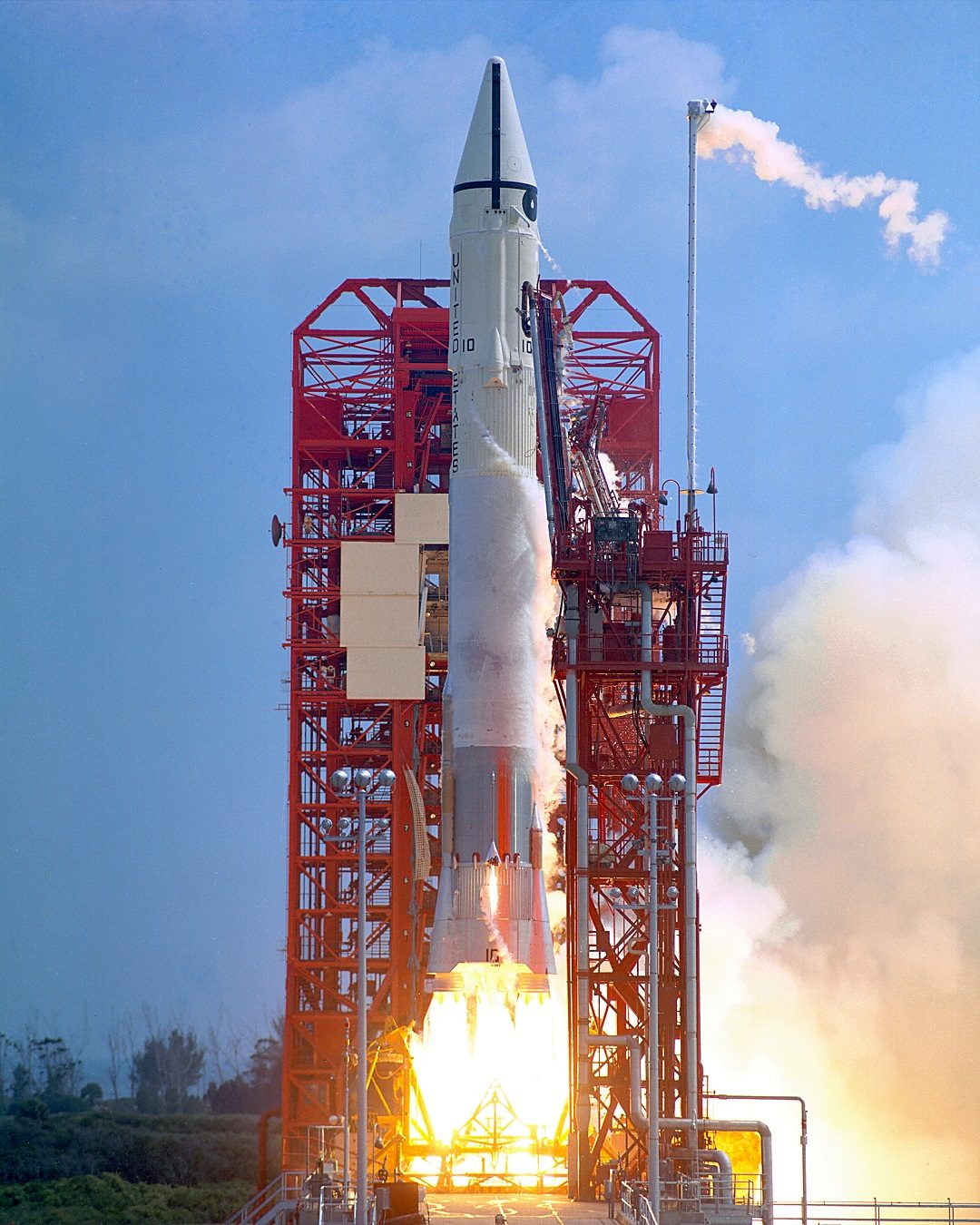 https://upload.wikimedia.org/wikipedia/commons/thumb/7/72/Surveyor_1_launch.jpg/220px-Surveyor_1_launch.jpg