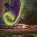 A aurora verde sobre uma falha tectônica na Islândia capturada por Juan Carlos Casado