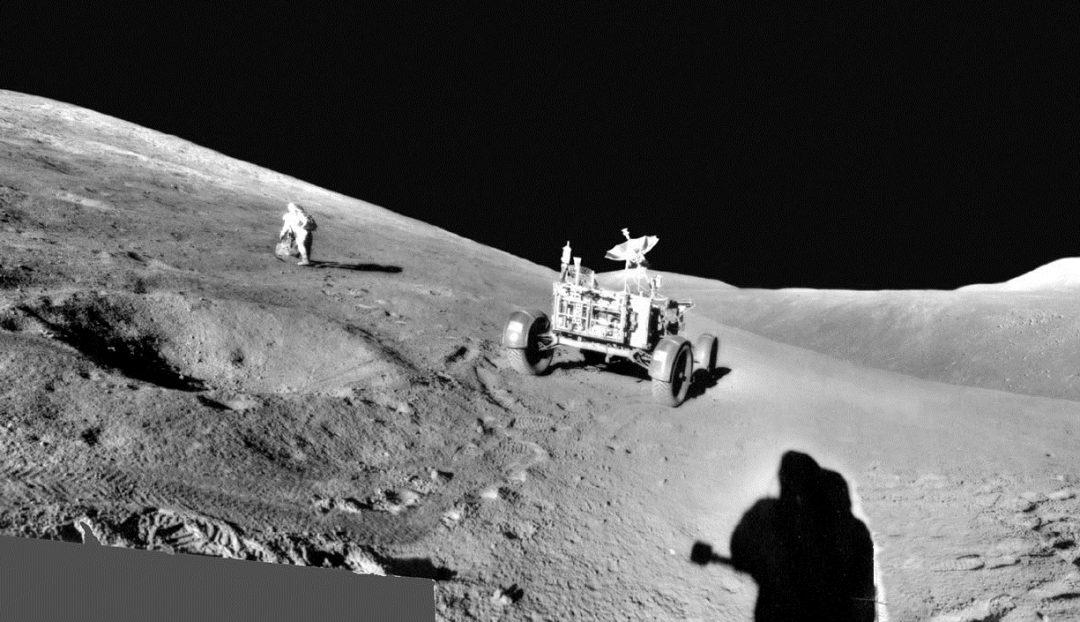 Um recorte do panorama mostrando 'rover lunar' e o astronauta Scott em destaque.