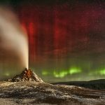 "Aurora sobre o Geiser ""White Dome"" no Yellowstone por Robert Howell"