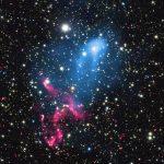 Abell 3411 versus Abell 3412: colisão de aglomerados de galáxias criou poderoso acelerador de partículas cósmicas