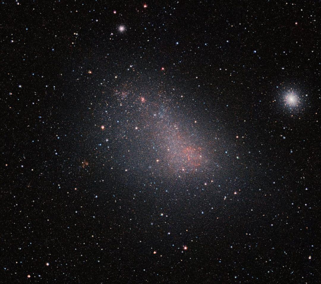 Top O telescópio VISTA enxerga através do véu de poeira da Pequena  EP58