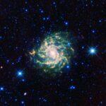 IC 342: WISE revela galáxia que se esconde por trás da Via Láctea