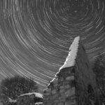 A estrela Polaris e as trilhas circulares das estrelas do Pólo Norte celestial