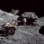 Harry Schmitt fotografado perto da grande rocha lunar na missão Apollo 17