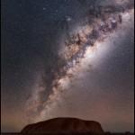 A Via Láctea sobre Uluru na Austrália por Babak Tafreshi