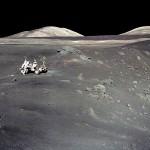 Harrison Schmitt e o jipe lunar da missão Apollo 17 na borda da Cratera Shorty