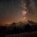 A chuva de meteoros Perseidas e a Via Láctea sobre o Monte Rainier por Matthew Dieterich