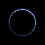 New Horizons revela os céus azuis e a água congelada superficial em Plutão