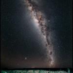 Crateras em Henbury na Austrália e a Via Láctea por Babak Tafreshi