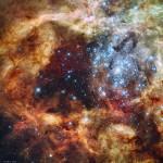 O violento aglomerado estelar R136 nas Nuvens de Magalhães