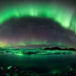 Auroras em uma noite estrelada sobre o lago Jökulsárlón na Islândia por Stephane Vetter