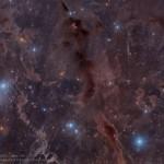 Nebulosas escuras através da constelação do Touro por Oliver Czernetz
