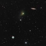 O Cometa C/2014 S2 PanSTARRS, a Coruja Messier 97 e a Galáxia Messier 108 por Bob Franke