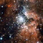 NGC 3603: um notável aglomerado próximo com surto explosivo de formação estelar