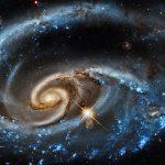 Arp 273: Hubble captura UGC 1810, uma galáxia altamente interativa com sua companheira UGC 1813